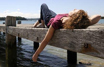 imagen de una mujer joven relajada junto al mar